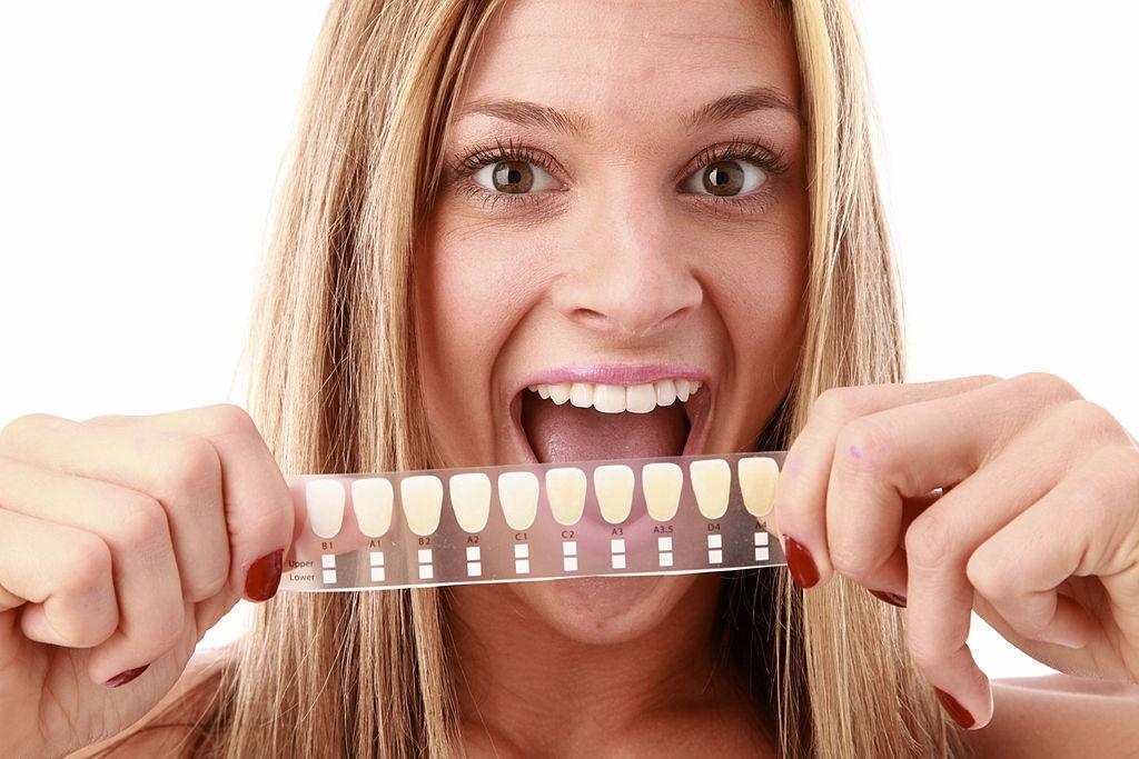 انتخاب رنگ و تن طبیعی برای سفید کردن دندان