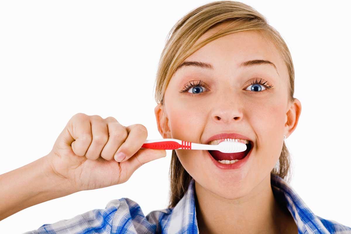 مسواک زدن و نخ دندان کشیدن منظم