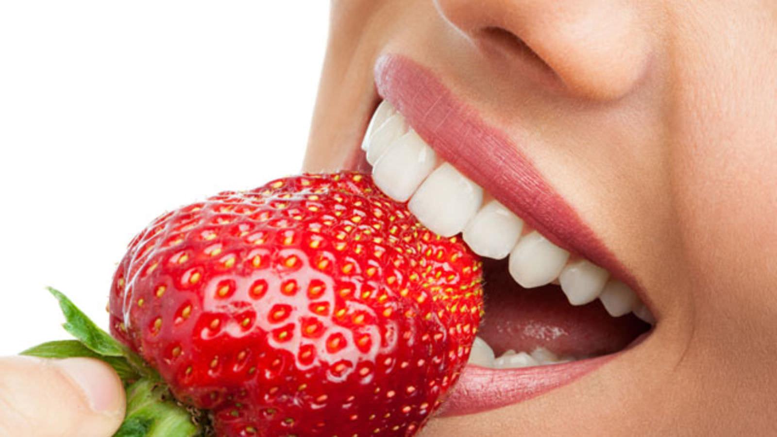 نقش توتفرنگی در سفید کردن دندان