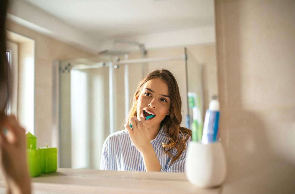 روش های طبیعی برای سفید کردن دندان در خانه با استفاده از مسواک زدن