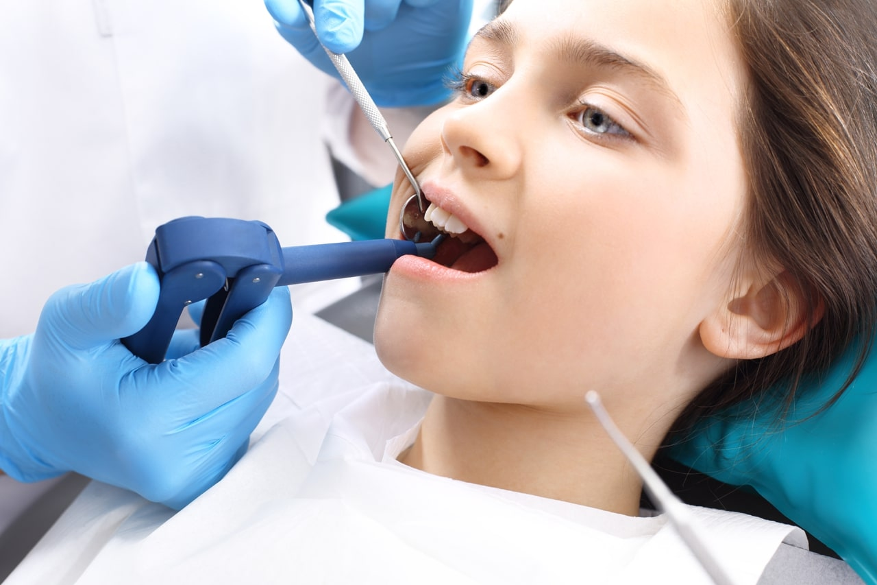 ترمیم دندان به جای کاشت دندان در کودکان